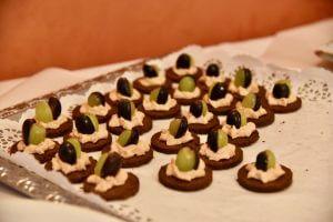 Kleine Vorspeisen mit Trauben, Frischkäse und Schwarzbrot