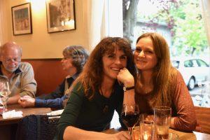 Eine der Mitarbeiterinnen mit ihrer Mutter bei der Jubiläumsfeier