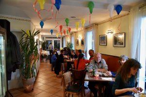 Im Bistro wird gegessen zur Feier von 20 Jahren Canal Grande