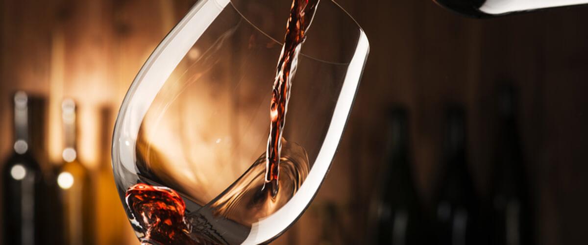 Rotwein wird in Glas gegossen